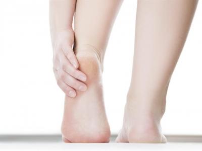نصائح وحلول لعلاج تشقق القدمين
